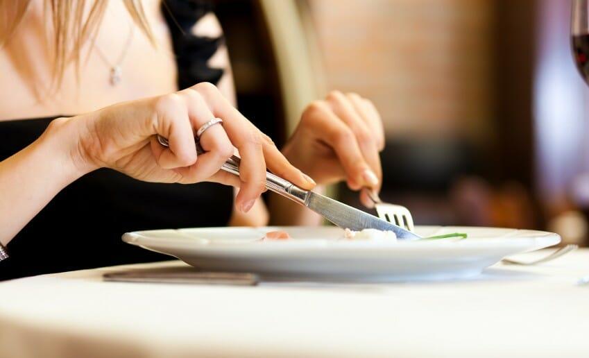 Posez vos couverts pour manger lentement