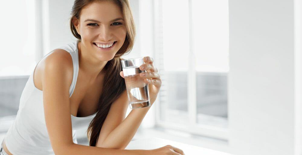 Boire de l'eau avant les repas, une bonne astuce pour maigrir