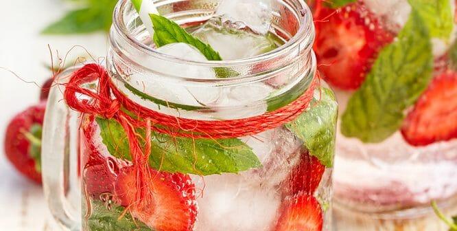 Une water detox fraise et grenade pour brûler les graisses