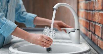 Eau du robinet ou eau en bouteille : laquelle choisir