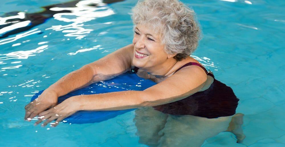 Nager avec une planche pour maigrir