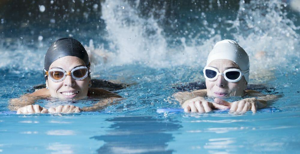 Nager avec une planche pour perdre du ventre